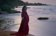 Lorde se pierde en una isla para ella solita, en el vídeo de 'Perfect Places'
