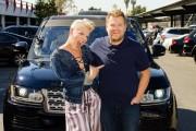 Pink enseña a cantar boca abajo a James Corden, en el Carpool Karaoke